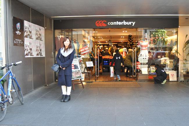 その先の「カンタベリーショップ青山店」(日本代表レプリカジャージーなど、ラグビーグッズでおなじみ)まで来たら、もうすぐです